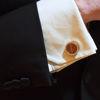 صورة أزرار أكمام صغيرة من الجلد الفضي